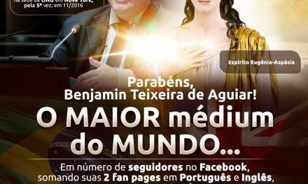 10 outdoors espalham a notícia pela cidade: Benjamin Teixeira de Aguiar tornou-se o maior médium do mundo, em número de seguidores no Facebook!