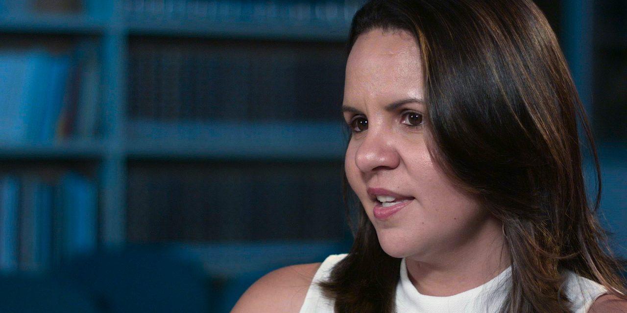 Ph.D. e professora de Linguística, a Dra. Leilane Ramos concede, com brilho e assertividade, articulado depoimento